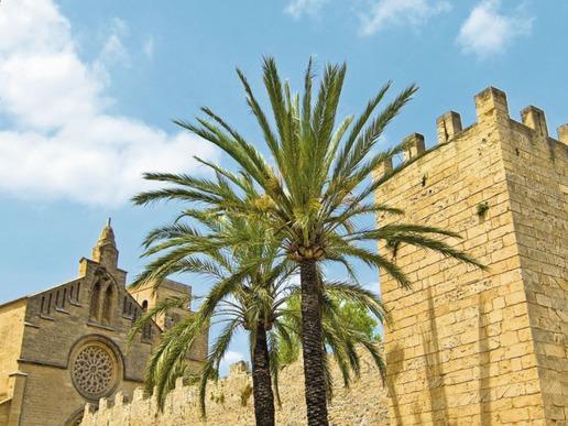 Алкудия е напълно реставриран крепостен град, изграден на мястото на древно римско селище. Лабиринтът от тесни улици, ограден от средновековни стени, носи автентичния дух на Майорка.