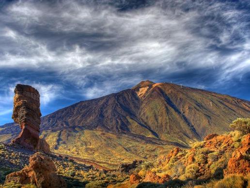 """Националният парк """"Тейде"""" е най-големият парк на Канарските о-ви. Той е геологическа съкровищница, в която вулканите, кратерите и вкаменените реки образуват впечатляващ набор от форми и цветове."""