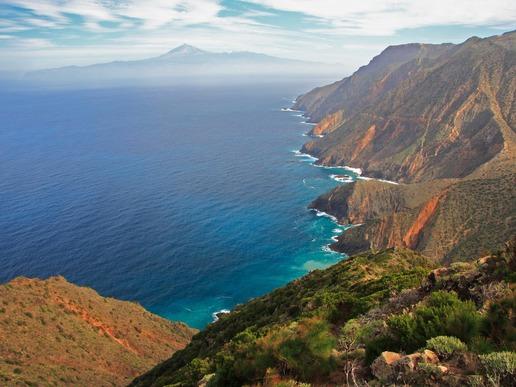 О. Ла Гомера е част от световната мрежа на биосферните резервати към ЮНЕСКО. Пейзажът редува палмови долини, стръмни скални откоси, плажове с вулканичен пясък и величествени древни гори.